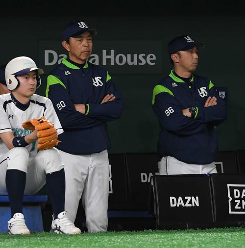 険しい表情で試合を見つめるヤクルト小川監督(中央)と宮本ヘッドコーチ(2019年4月12日撮影)