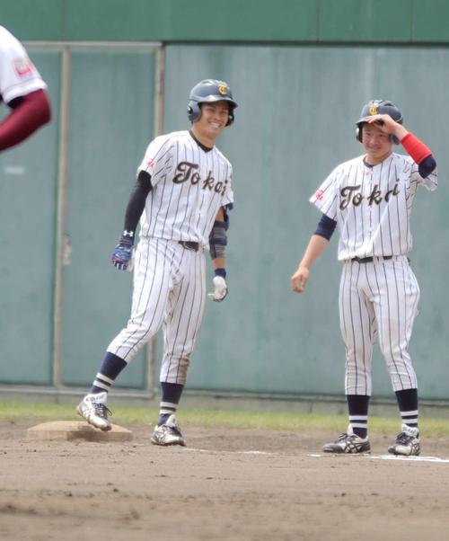 7回に均衡を破る一打を放ち、一塁上で笑顔を見せる東海大海洋の横田(左)