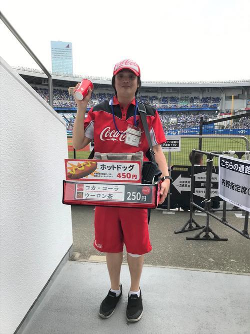 売り子歴24年の近藤さん(球団提供)