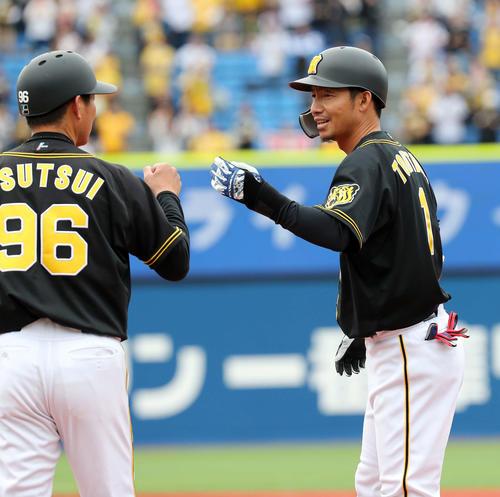 阪神鳥谷敬(右)は筒井コーチとグータッチ(2019年3月19日)