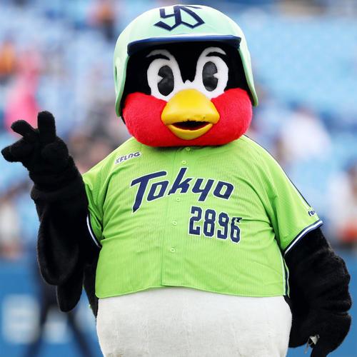 ヤクルト対巨人 ピチピチの燕パワーユニホームを着るつば九郎(撮影・狩俣裕三)