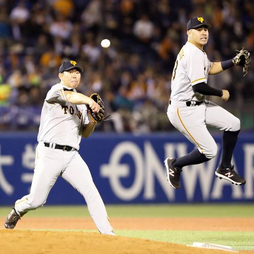 ヤクルト対巨人 6回裏ヤクルト1死、ここまでノーヒットノーランだったものの、上田の投手強襲で、ボールを弾いてしまい内野安打を許し、一塁へ暴投してしまう山口(左)。後方はビヤヌエバ(撮影・狩俣裕三)