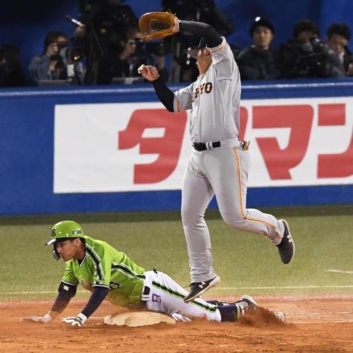 ヤクルト対巨人 6回裏ヤクルト1死、代打上田は投手へのゴロで一塁へ滑り込み内野安打とする。一塁手岡本(撮影・山崎安昭)
