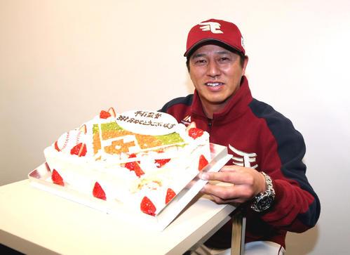 日本ハム対楽天 39歳のバースデーケーキを笑顔で掲げる平石監督(撮影・黒川智章)