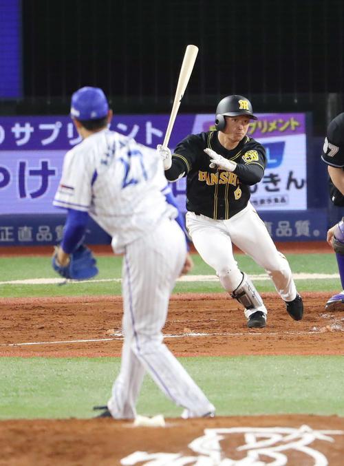 DeNA対阪神 2回表阪神2死三塁、適時二塁打を放つ近本。投手上茶谷(撮影・河野匠)