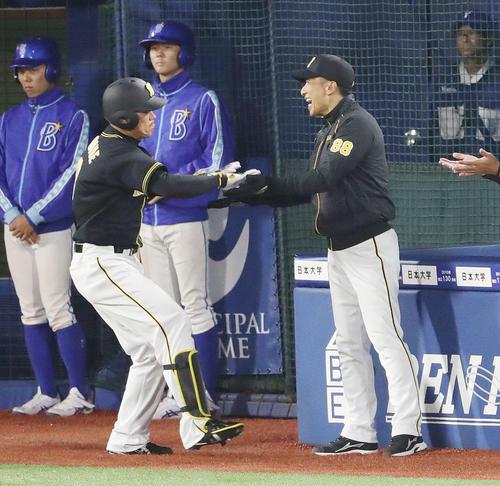 DeNA対阪神 5回表阪神2死一、二塁、3点本塁打を放った福留(左)を笑顔で迎える矢野監督(撮影・河野匠)