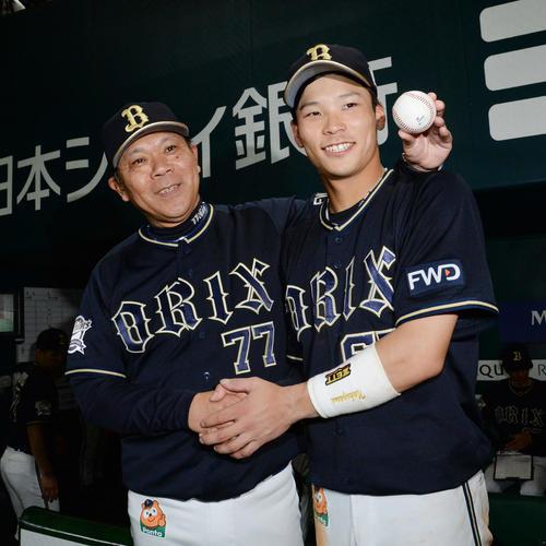 ソフトバンク対オリックス 監督通算200勝を飾った西村監督(左)と笑顔で握手するプロ初安打を記録した中川(撮影・今浪浩三)