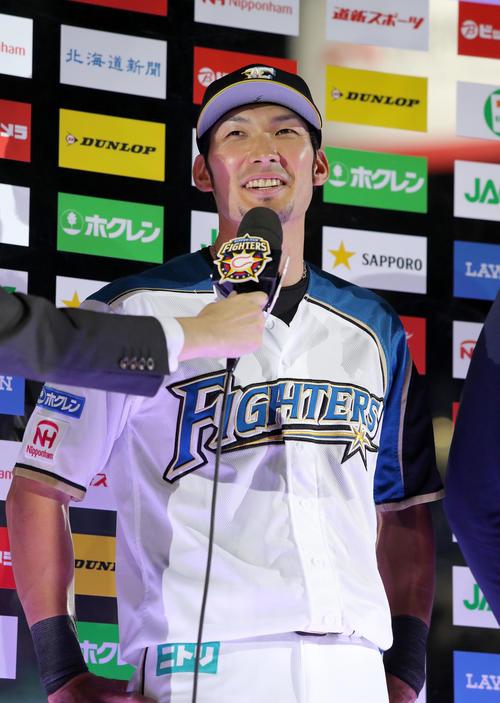 日本ハム対楽天 試合終了後、笑顔でインタビューを受ける日本ハム大田(撮影・佐藤翔太)