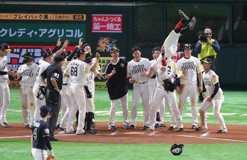 10回裏無死二、二塁、明石は右越えサヨナラ3点本塁打を放ち、歓喜のナインの前で宙返りで生還する(撮影・梅根麻紀)