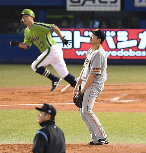 ヤクルト対巨人 3回裏ヤクルト無死一塁、菅野は青木に右越え2点本塁打を浴びる(撮影・山崎安昭)