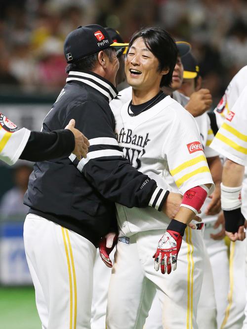 10回裏ソフトバンク無死二、三塁、左越えサヨナラ3点本塁打を放った明石(右)は、工藤監督と抱き合う(撮影・菊川光一)