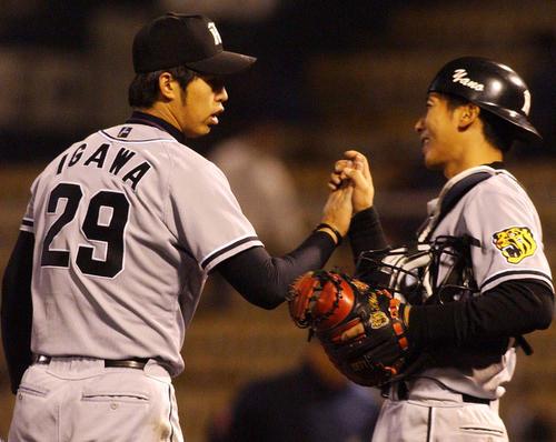 現役時代の井川氏(左)と矢野監督(2003年4月3日撮影)