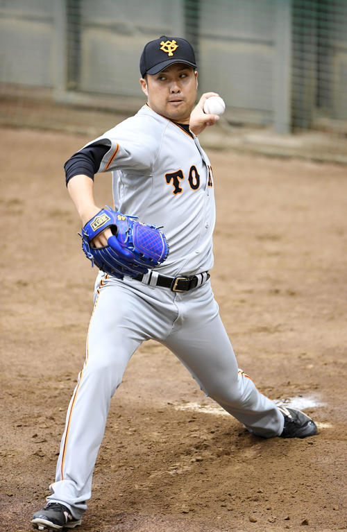 ブルペンで投球練習する巨人今村(撮影・横山健太)