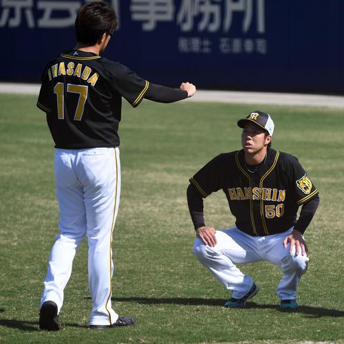 岩貞(左)と話す青柳(撮影・前岡正明)