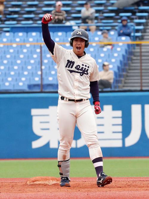 早大対明大 6回裏明大2死一、三塁、喜多は右越え適時打二塁打を放ちガッツポーズ(撮影・鈴木正人)