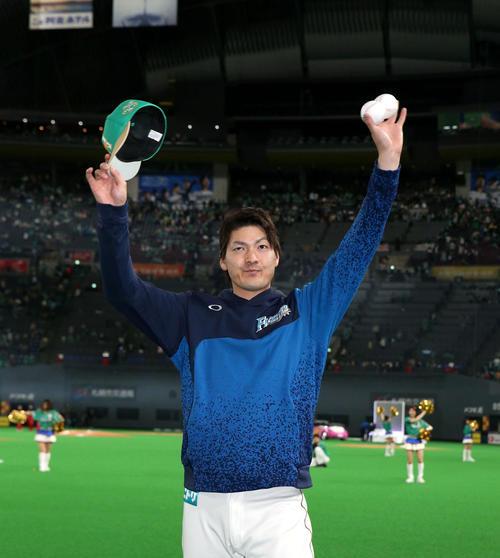 日本ハム対ソフトバンク 試合終了後、ファンの声援に応える有原(撮影・佐藤翔太)