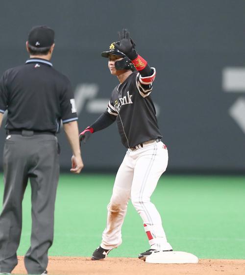 日本ハム対ソフトバンク 6回表ソフトバンク1死二塁、中越え適時二塁打を放つ今宮(撮影・黒川智章)