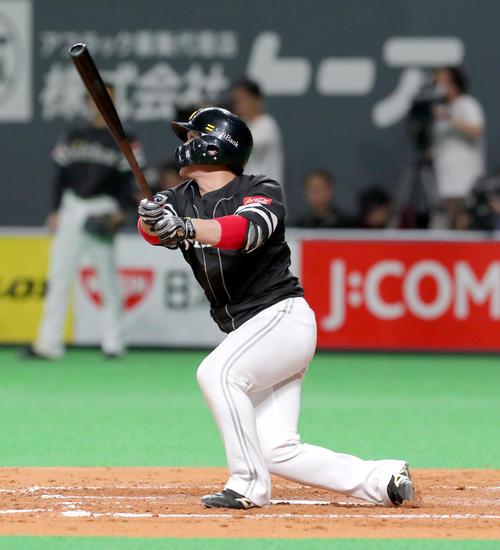 日本ハム対ソフトバンク 4回表ソフトバンク2死一、二塁、甲斐は適時二塁打を放つ(撮影・佐藤翔太)