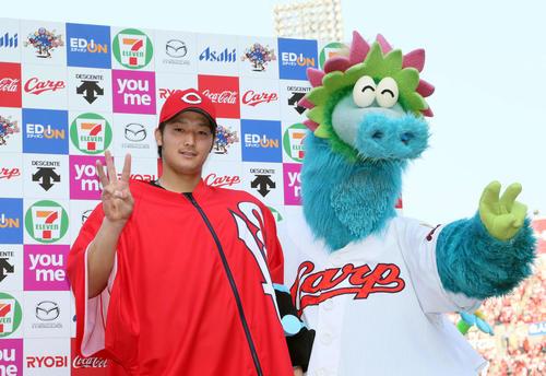 4月20日の広島対DeNA 自身3連勝を飾りお立ち台で「3」のポーズを作る床田(撮影・栗木一考)