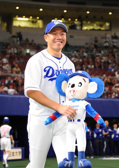 2年ぶりの勝利に、笑顔でお立ち台に向かう中日大野雄大(2019年4月16日撮影)
