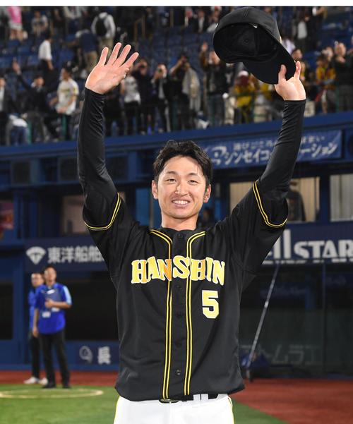 4月25日のDeNA対阪神 勝ち越しの左越え3点本塁打を放った近本光司は笑顔でファンの声援に応える(撮影・奥田泰也)