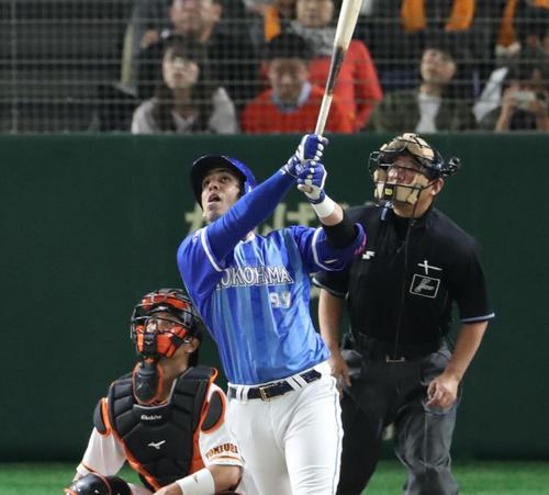 4月27日の巨人対DeNA 6回表DeNA1死、ソトは右越え本塁打を放つ(撮影・林敏行)