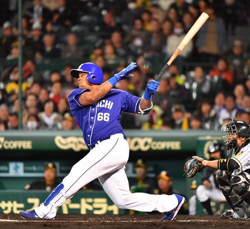 4月12日の阪神対中日 6回表中日1死一塁、右越えに2打席連続の2点本塁打を放つビシエド(撮影・上田博志)