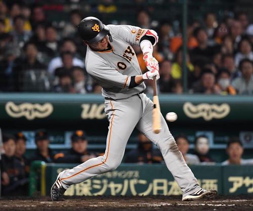 4月19日の阪神対巨人 8回表巨人2死一塁、坂本勇人は中越え2点本塁打を放つ(撮影・奥田泰也)