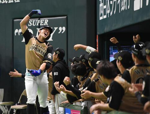 4月10日のソフトバンク対日本ハム 6回表日本ハム1死一塁、大田は先制の2点本塁打を放ち、ベンチ前で満面の笑みを浮かべガッツポーズ(撮影・今浪浩三)
