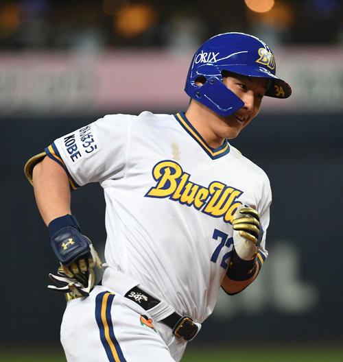 4月29日のオリックス対西武 8回裏オリックス2死三塁、2点本塁打を放った吉田正尚は笑顔で三塁を回る(撮影・渦原淳)