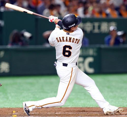 巨人対中日 2回裏巨人1死、左中間に本塁打を放つ坂本勇(撮影・垰建太)