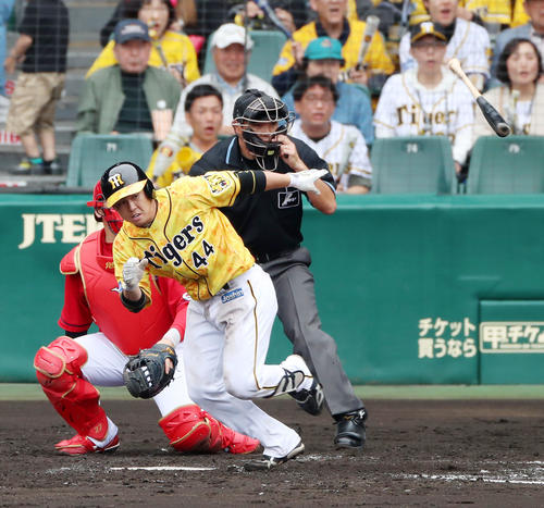 阪神対広島 4回裏阪神1死満塁、梅野隆太郎は三ゴロを放ち打点を挙げる(撮影・加藤哉)