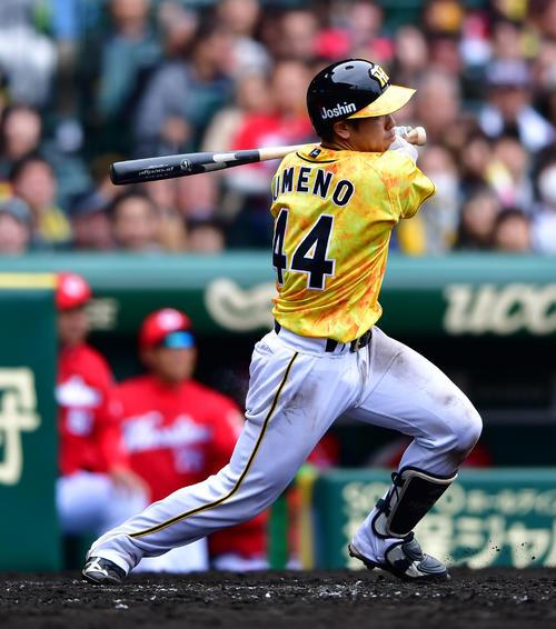 阪神対広島 4回裏阪神1死満塁、梅野隆太郎の三ゴロの間に三塁走者が生還し阪神が1点を返す(撮影・清水貴仁)