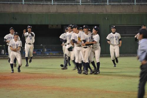 延長10回タイブレークの末勝利し、喜ぶ神戸大ナイン
