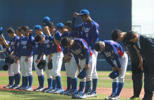 バイタルネット対JR秋田 試合後のあいさつでも199センチのアドゥワは目立つ