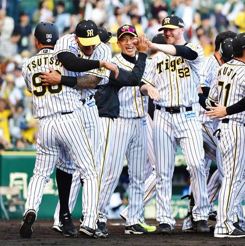 10回裏阪神2死一塁、大山のサヨナラ打で笑顔でグラウンドに出てくる矢野監督(右から2人目)、ピアース・ジョンソン(右)(撮影・清水貴仁)