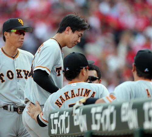 広島対巨人 7回裏広島2死二塁、降板しさえない表情でベンチに下がる畠(左から2人目)(撮影・垰建太)