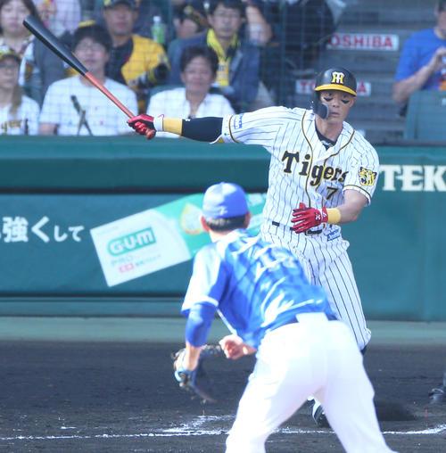 6回裏阪神1死三塁、糸井は左前適時打を放つ(撮影・上山淳一)