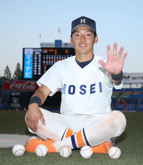 5試合連続本塁打を放つが、立大戦に敗れ、試合後少し時間を空けようやく笑顔を見せる法大・安本(撮影・河田真司)