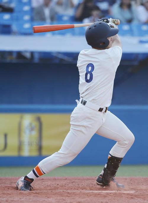 立大対法大 5回裏法大2死三塁、左中間へ2点本塁打を放つ安本(撮影・河田真司)