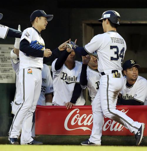 オリックス対楽天 3回裏オリックス2死一塁、山岡(左)は勝ち越し2点本塁打を放った吉田正を迎える(撮影・前田充)