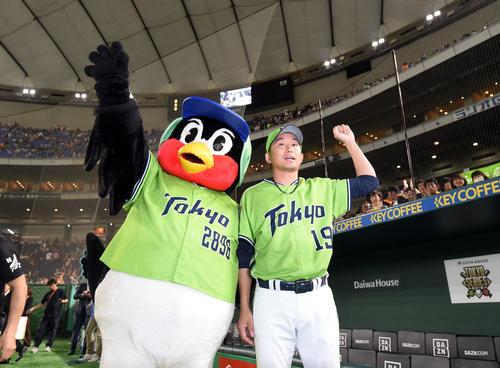 巨人対ヤクルト 今季初勝利を飾ったヤクルト石川は、つば九郎とファンの声援に応える(撮影・たえ見朱実)