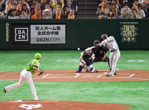 巨人対ヤクルト 1回裏巨人1死、坂本勇は中前打を放ちセ・リーグ記録の開幕35戦連続出塁に並ぶ(撮影・滝沢徹郎)