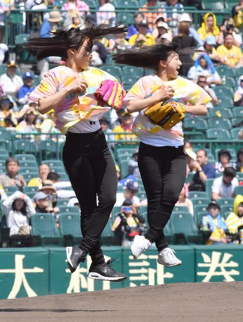 三原舞依(左)と坂本花織(撮影・上田博志)