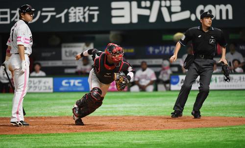 4回裏ソフトバンク無死一塁、内川のとき、ボルシンガーの暴投で一塁走者のグラシアルは一気に三塁に進む(撮影・今浪浩三)