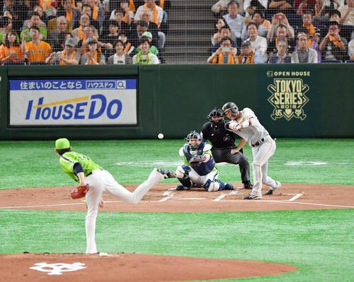 巨人対ヤクルト 1回裏巨人1死 坂本勇は中前打を放ちセ・リーグ記録となる開幕36戦連続出塁を達成する。投手高梨(撮影・滝沢徹郎)