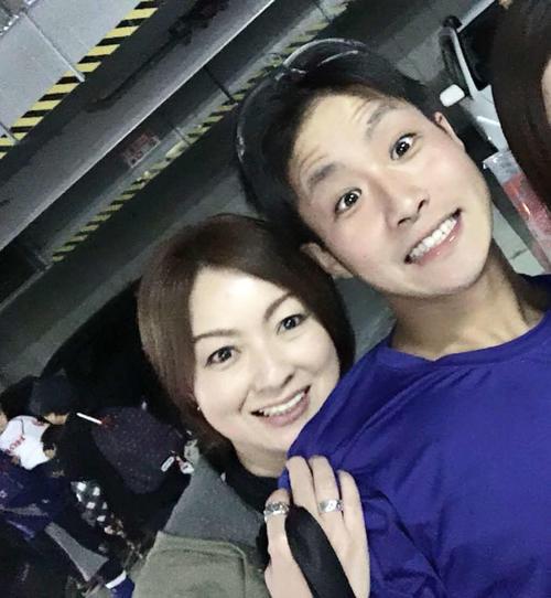 阪神木浪聖也内野手と母・忍さん(左)