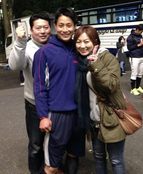 阪神木浪聖也内野手と母・忍さん(右)。左は父・弘二さん
