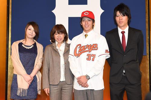 14年、広島新入団選手発表会見後、家族と記念撮影をする野間。左から姉なつみさん、母しのぶさん、右は弟祥明さん