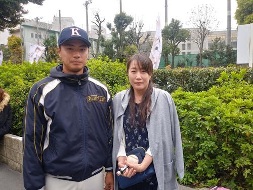 4月8日、立正大との開幕戦で今季1勝目を挙げた横山は、宮崎から上京した母と再会。この日が45回目の誕生日だった母香子さんの手にはウイニングボールがしっかり握られていた